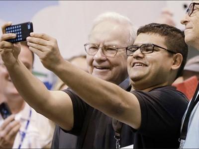 Warren Buffet Selfie Toledo Blade